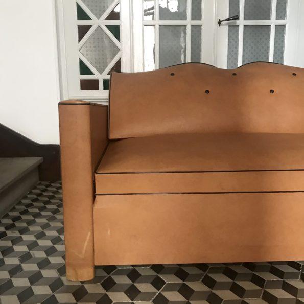 Canapé moustache convertible vintage marron clair avec accoudoirs en bois