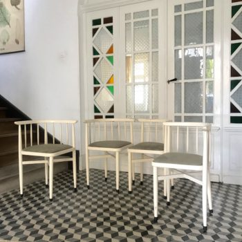 Ensemble de 4 chaises encastrables en bois blanc par Thonet