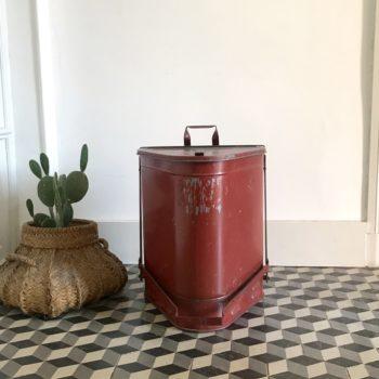 Ancienne poubelle de pompier en métal couleur rouge