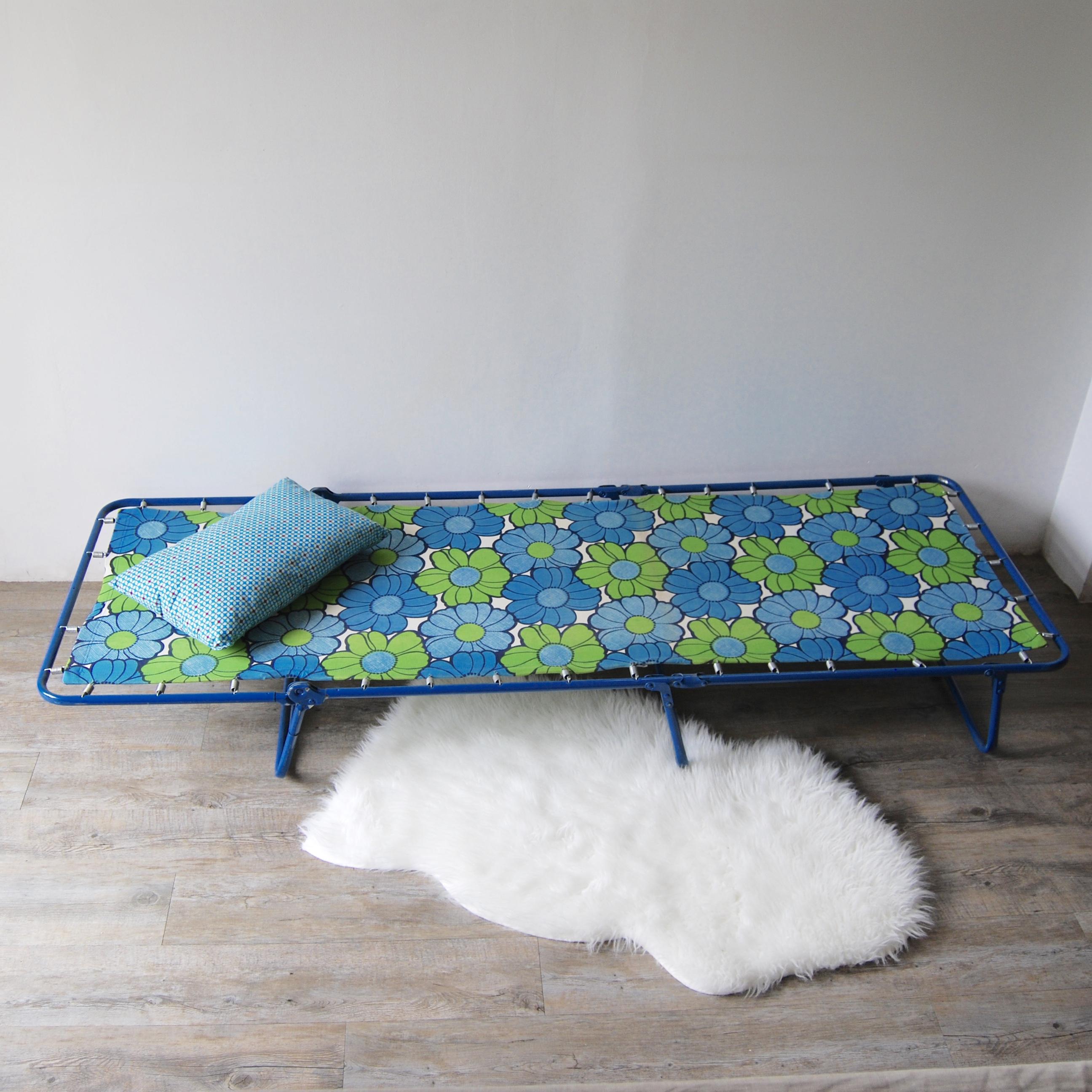 lit de camp vintage flower power brocante avenue. Black Bedroom Furniture Sets. Home Design Ideas