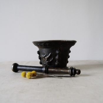 Mortier et pilon d'apothicaire en fonte