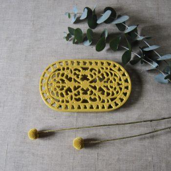 Dessous de plat en fonte jaune