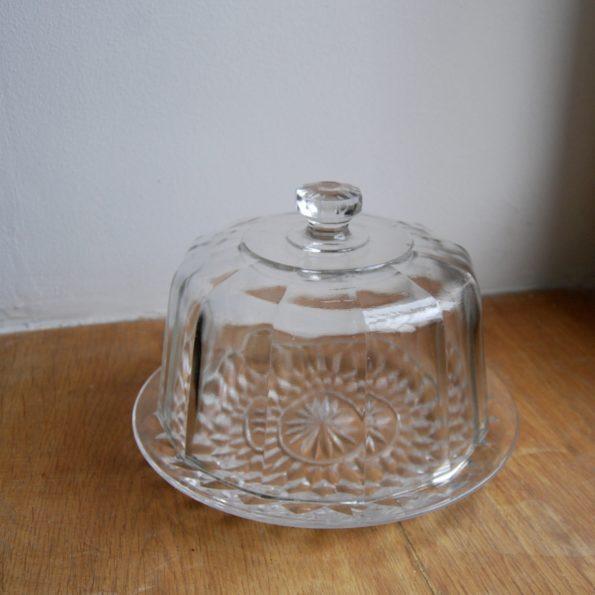 Cloche en verre sur assiette