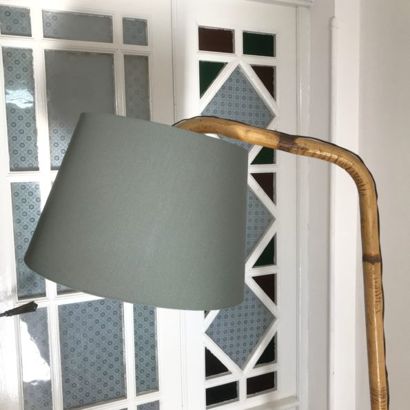 Lampadaire porte revues en rotin
