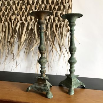 Paire de chandeliers en métal avec patine vert