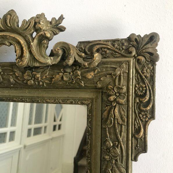 Miroir de cheminée à fronton en stuc doré patiné vert style Louis XVI consoles d'appui