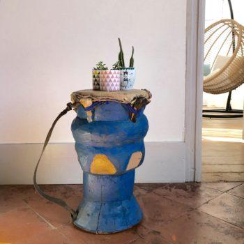 Djembé ancien en bois et peau peint en bleu avec anse de portage