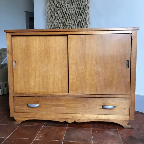 Meuble bas en bois vintage avec 2 portes coulissantes et 1 tiroir pieds moustache