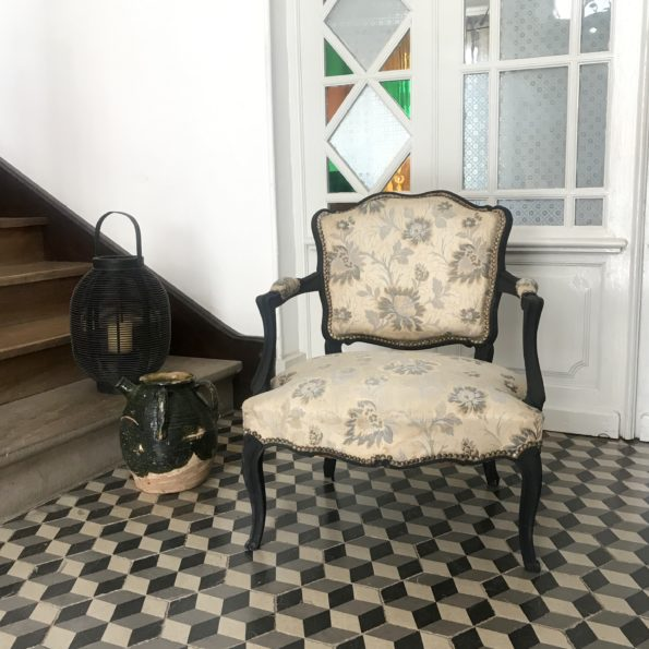 Fauteuil cabriolet style Louis XV refait entièrement bois noir mat