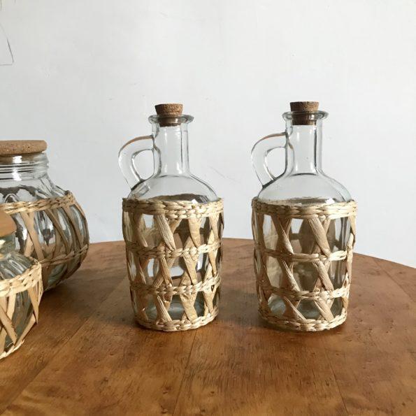 3 pots en verre cerclés de rotin et de 2 flacons huile vinaigre vintage