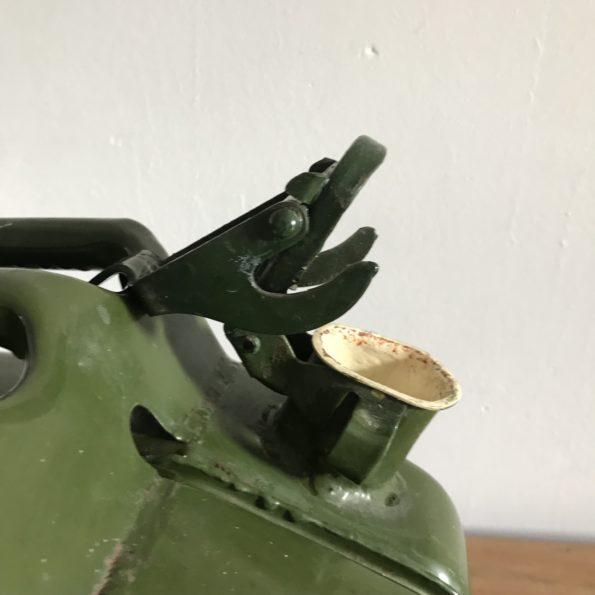 Ancienne nourrice ou jerrican à vin de l'armée française en métal vert olive 10L
