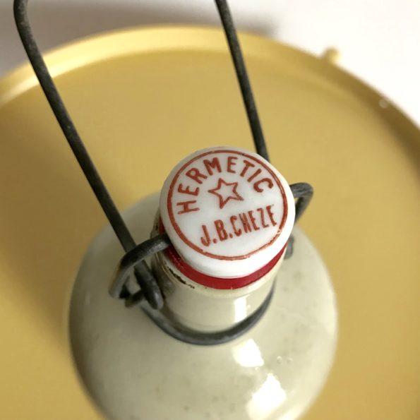 Bouteille en grès vernissé blanc écru avec bouchon capsule en céramique Hermetic J.B.Cheze