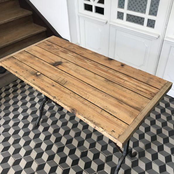 Table de bistrot industrielle en bois et fonte noir vintage
